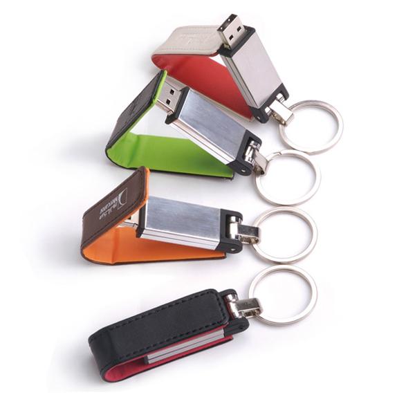 Memoria USB con cubierta de piel y anillo para llaves.